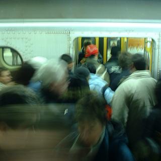 冬は寒い場所と暖房の効いた場所を行ったり来たり。冬でも満員電車の中は暑すぎたりしますよね…